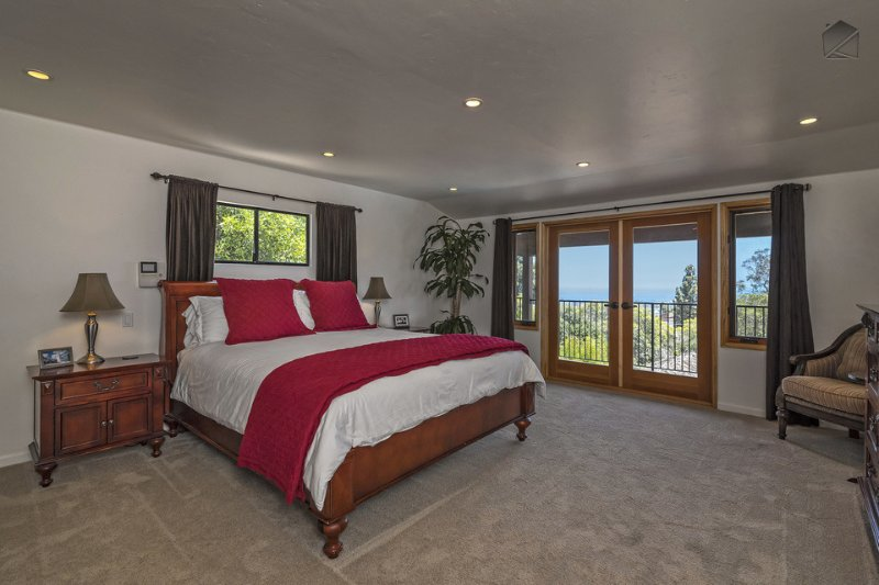 The master bedroom #1 is located on the 2nd level (entry level), and has a king bed, ocean views, large TV and en-suite bath.