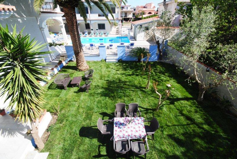 Liegestühle mit Blick auf den Garten