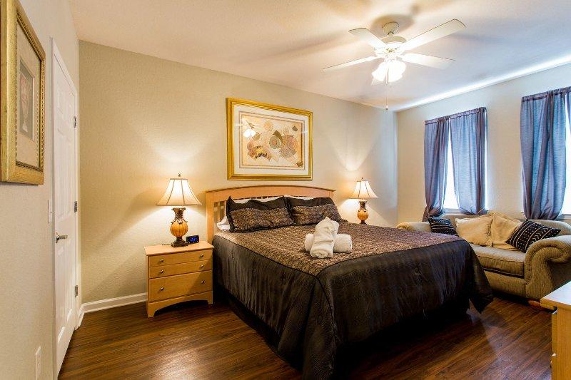 """El dormitorio principal con cama King size y ventilador de techo, 32 """"HD TV, walk-in closet y baño privado"""