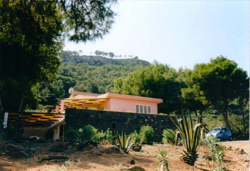Villino panoramico immmerso in pineta, casa vacanza a Ustica