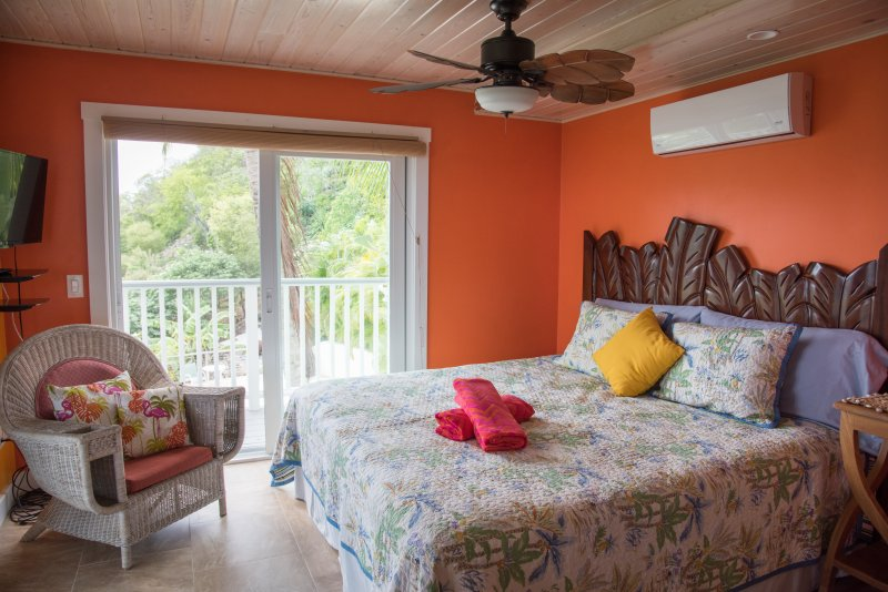 Suite Alojamiento Papaya King con la cubierta por encima de la piscina