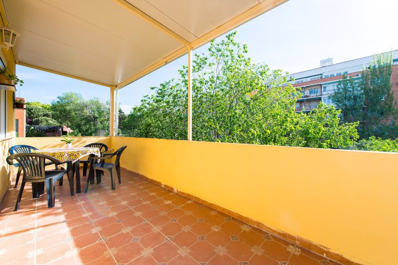 Apartamento con terraza amplia en Retiro, Atocha, holiday rental in Madrid