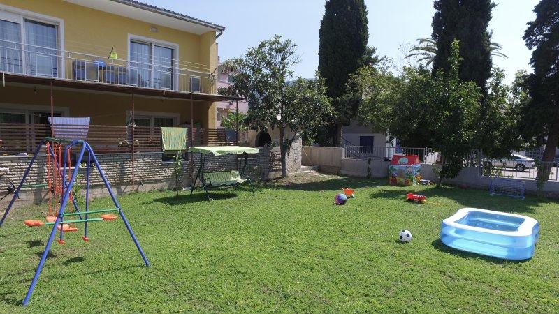 apartments 4+3  with kids playground, casa vacanza a Kastel Luksic