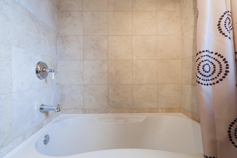 Relajarse en la bañera grande de remojo