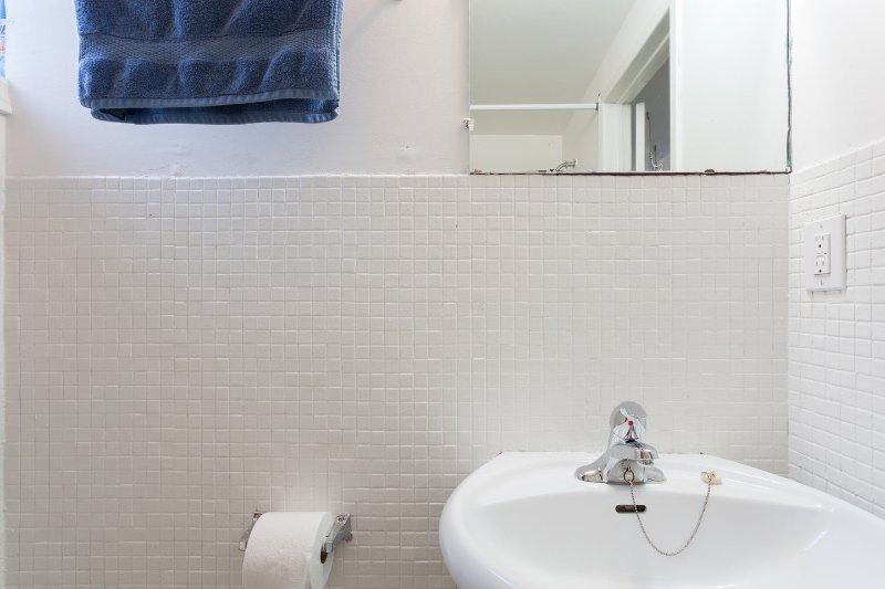 Bajo baño unidad con bañera y ducha