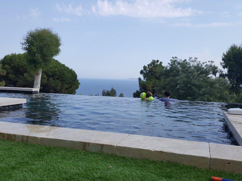 piscine vue sur la mer