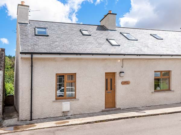 KINNEN COTTAGE, semi-detached, super king-size doubles, woodburner, parking, in, casa vacanza a Wigtown