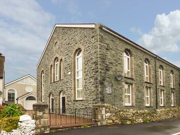 TY'N YN CAPEL, chapel conversion, underfloor heating, en-suite, WiFi, holiday rental in Cwm-y-Glo