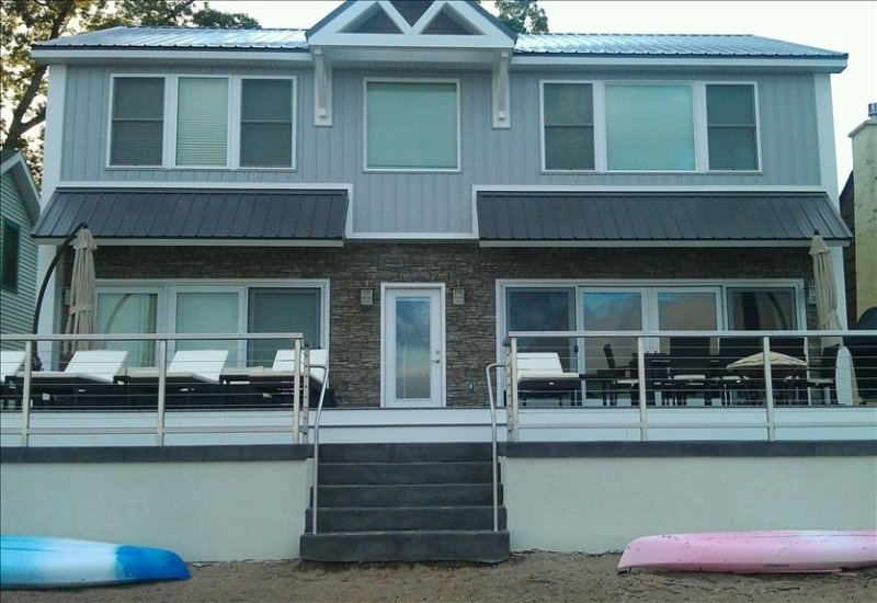 Brand New 5 Bedroom Lux Sylvan Beach House W Private Beach & Free WIFI, alquiler de vacaciones en Cleveland