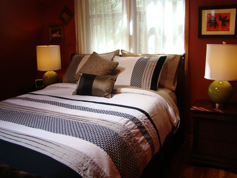Frisse nieuwe beddengoed op het schuim bedekte Queen-size bed in de slaapkamer
