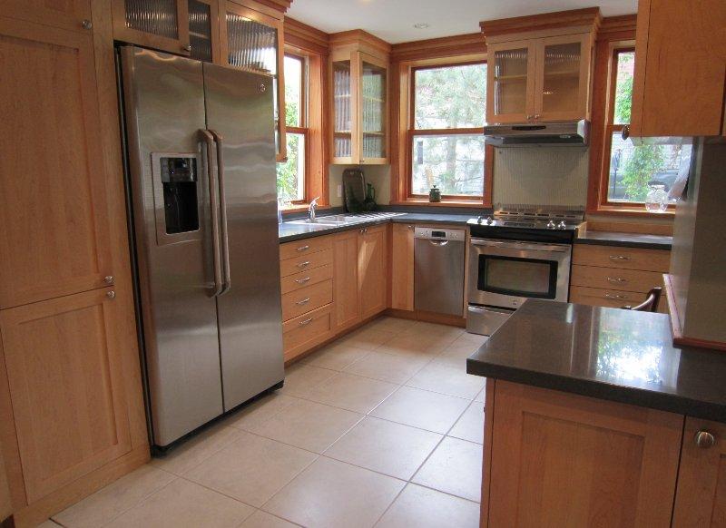 totalmente equipado, luminoso soleado, cocina, con visitas de aves en el alimentador fuera de la ventana