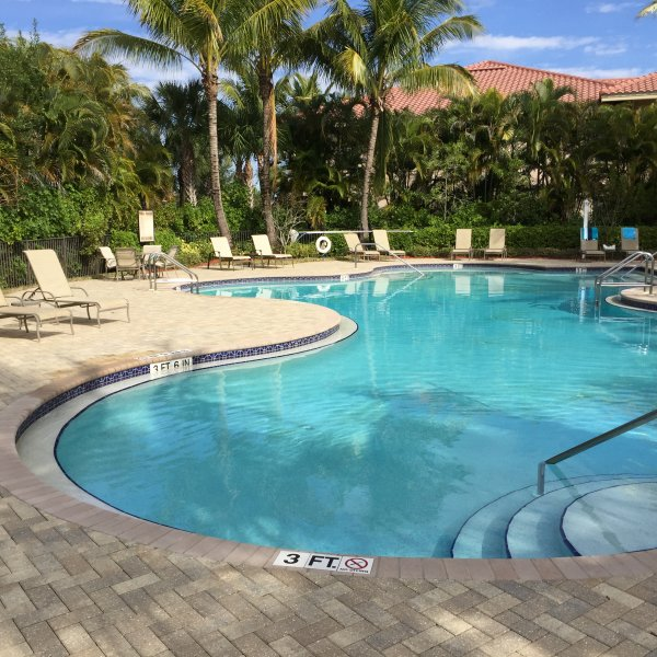 Otra vista de la piscina del barrio