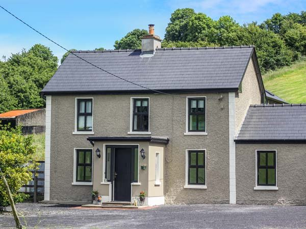 HANNON'S COUNTRY FARMHOUSE, woodburner, en-suite, pet-friendly, renovated, holiday rental in Collooney
