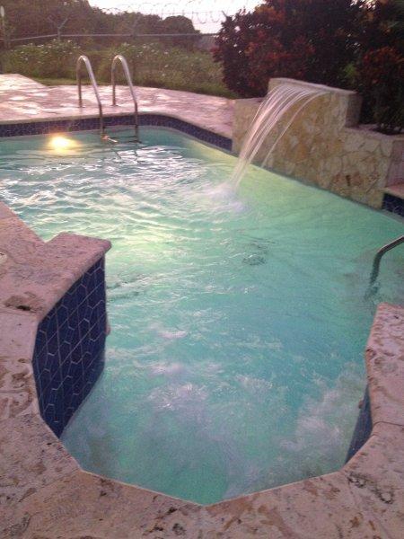 relajarse en la piscina de día / noche Whirlpool y