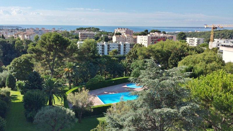 vue de la terrasse, le parc et la piscine privée de la résidence et la mer