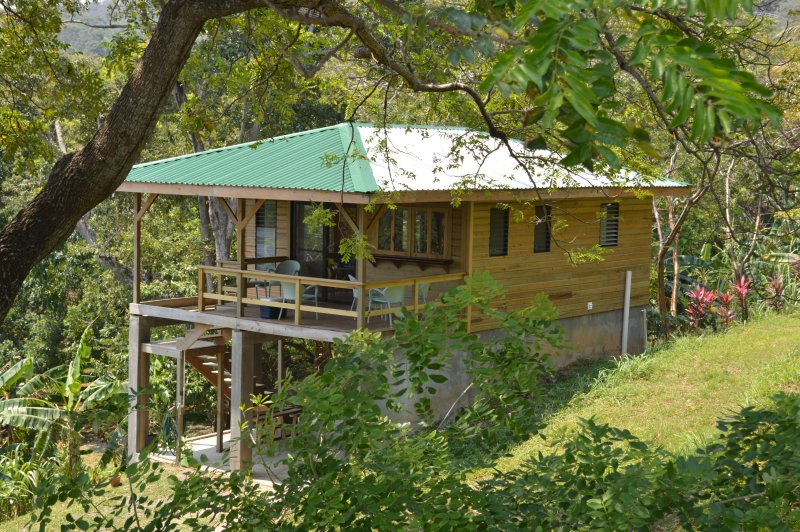 Casita Iguana Verde Where the Jungle Meets the Sea, holiday rental in Politilly Bight
