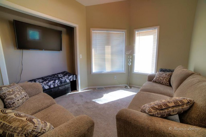 Détendez-vous dans le salon. Canapé sort à plein lit de taille.