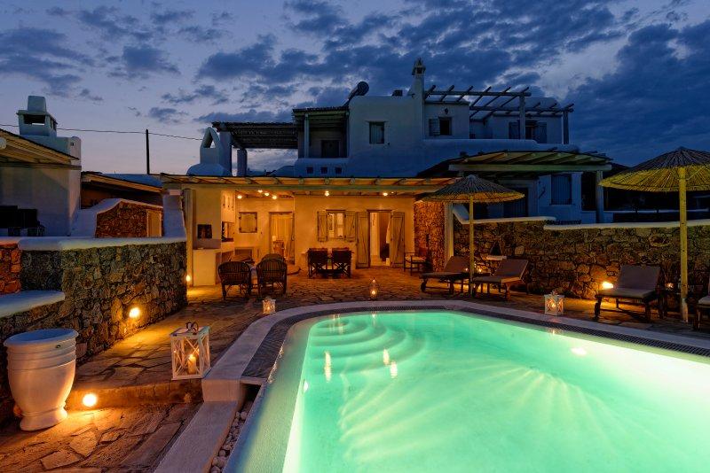 Pool-Bereich in der Nacht