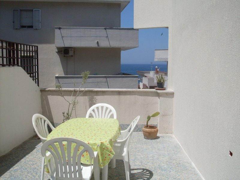 apartment with terrace and sea view. Suitable for eating in the evening seeing the sea