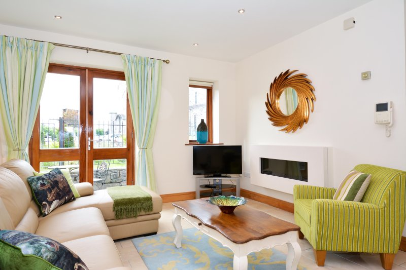 Superior City Centre three bedroom apartment., holiday rental in Galway