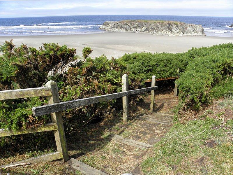 A pie de la playa desde su escalera de acceso privado.