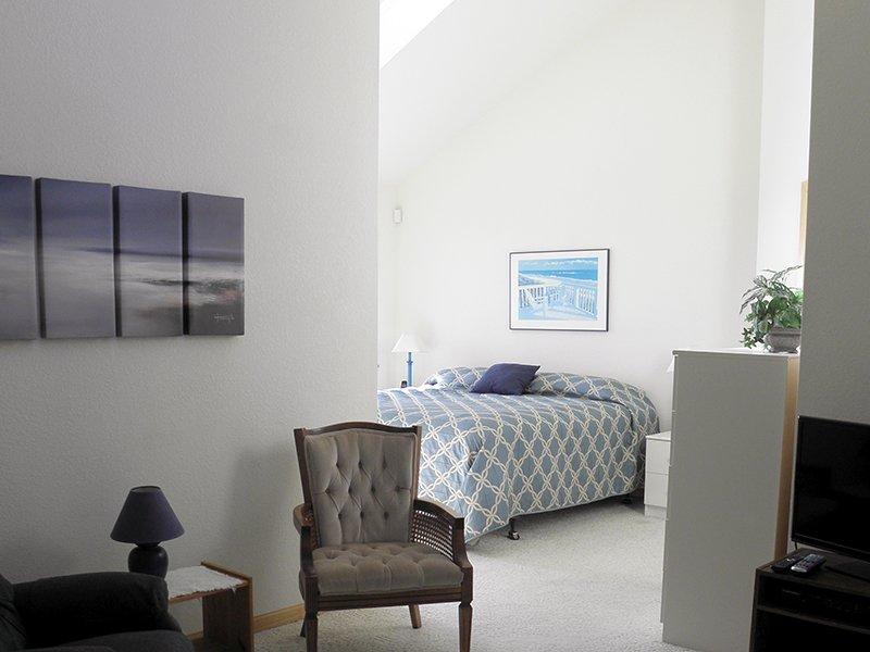La primera planta dormitorio principal con cama de matrimonio. Hermosas vistas al mar desde un balcón privado.