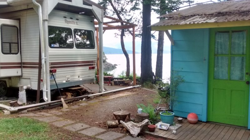 dear setting, water view. Turquoise cabin R. Space in description L. Roof over campretreat 40'Patio