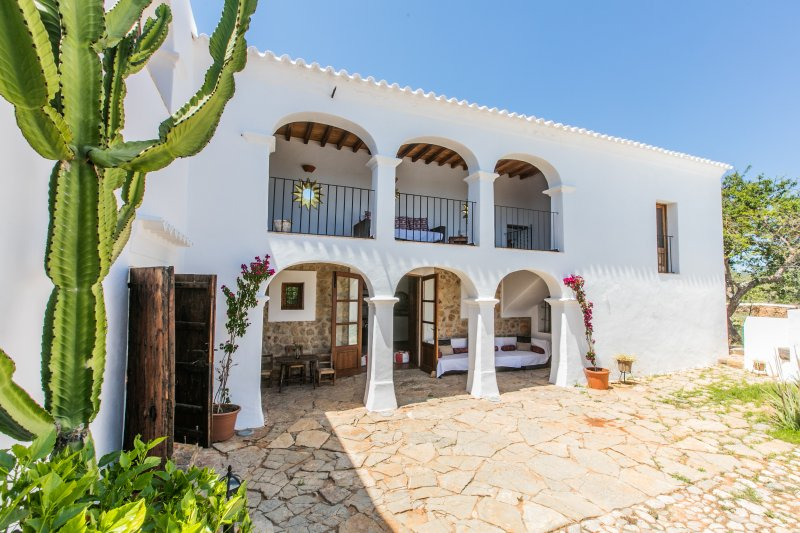 Stunning Family Friendly Ibiza style villa 7 bedrooms with private swimming pool, holiday rental in Cala Llonga