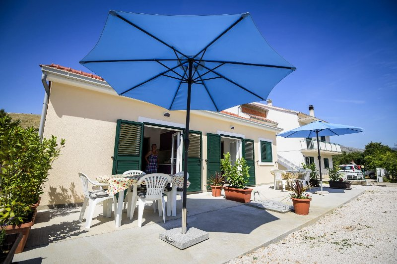 Sunny 2-room apartment near the beach, vacation rental in Grebastica