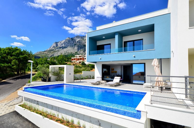Villa Nina, Makarska, with heated infinity pool and green roof terrace, location de vacances à Makarska