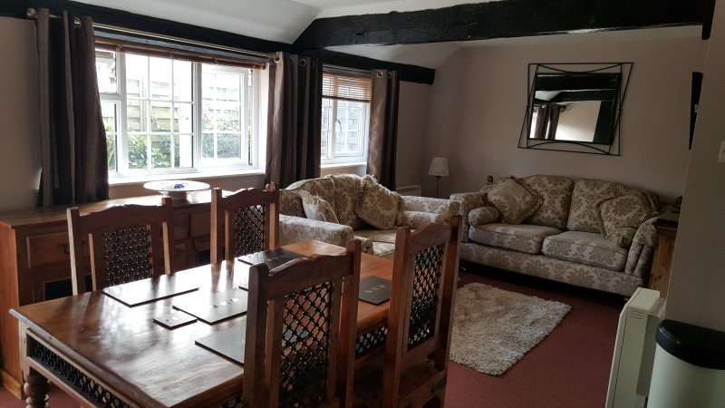 Otters' Lodge: Beautiful 2-bed country cottage close to beaches and attractions, Ferienwohnung in Bleadon