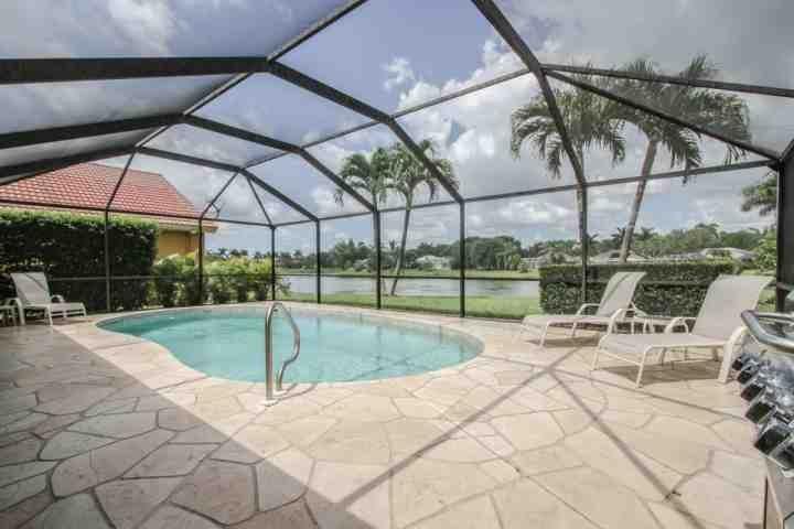 Passez des heures sans fin de détente sur la véranda w / votre propre piscine privée chauffée avec vue sur le lac de vue tranquille!