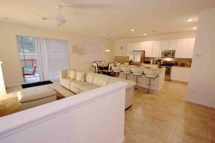 Plan de piso abierto - sala de estar, Comedor y Cocina w / acceso a la piscina