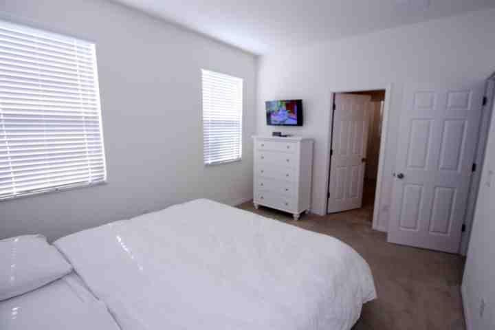 Reina abajo dormitorio w / TV de pantalla plana - View 2