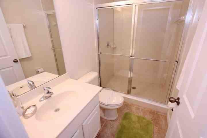 Arriba compartido sala de baño w / pie en la ducha