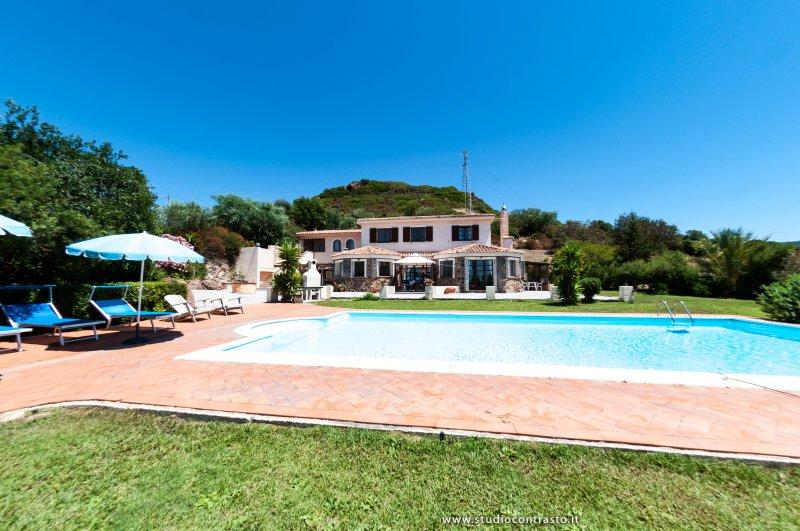 Villa Il Tramonto  Alghero - Private pool -6 bedrooms -5 bathrooms - great views, casa vacanza a Villanova Monteleone