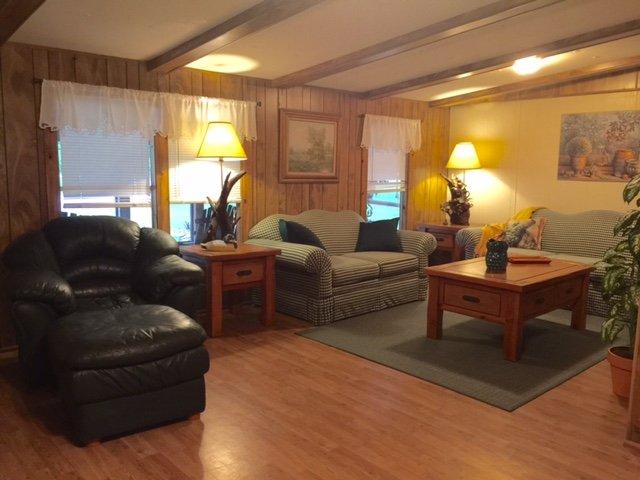 ευρύχωρο καθιστικό & οικογενειακό δωμάτιο