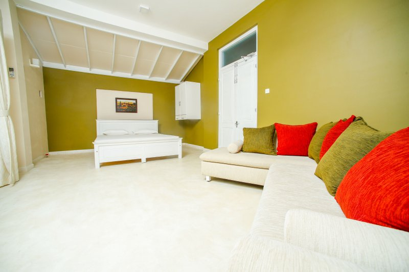 Villa with 3 private floors with private bathrooms, alquiler vacacional en Kandana