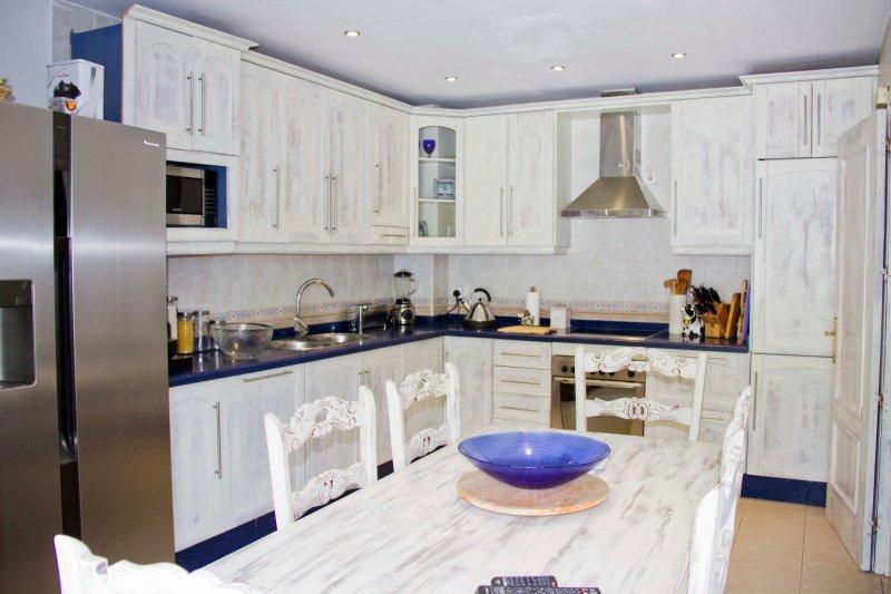 cozinha com frigorífico americano totalmente equipada para a sua água fresca
