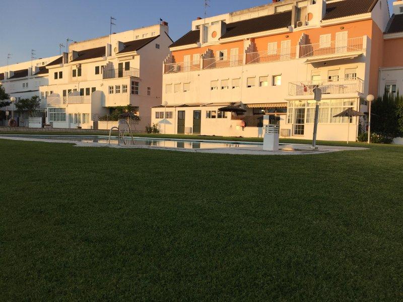 Zona comunitaria, piscina y al fondo izquierda la vivienda. A tres metros de la piscina.