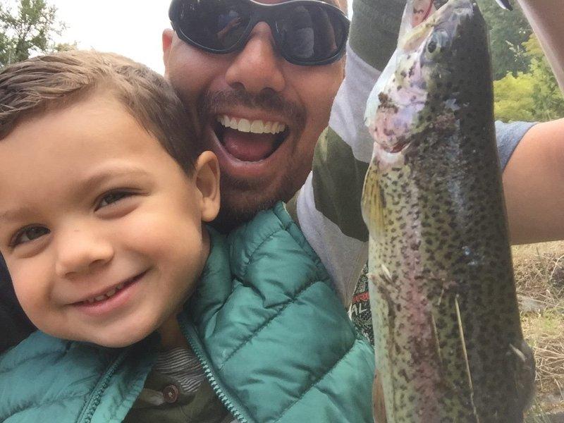 Julio de 2016. Jason Guest y jóvenes hijo captura de la trucha de la espalda rocas.