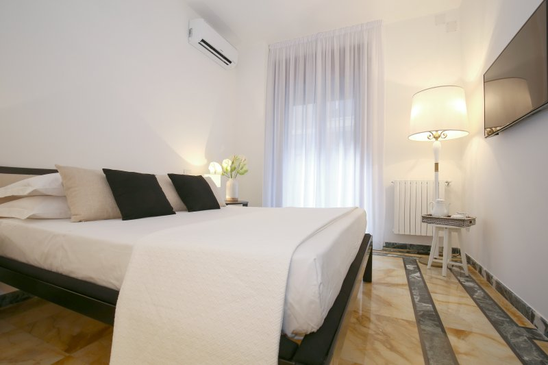 Golden Suite, elegante doppia in pieno centro, location de vacances à Salerne