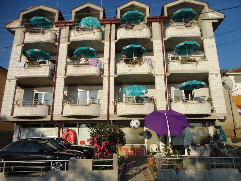 Aparment directly at the lake with lake view, location de vacances à Pestani