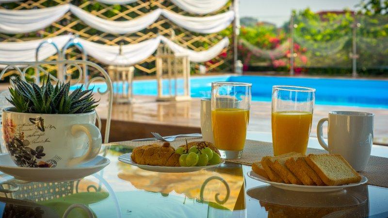 Prima colazione con vista sulla piscina!