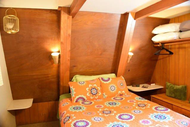 lit Queen dans la chambre inférieure