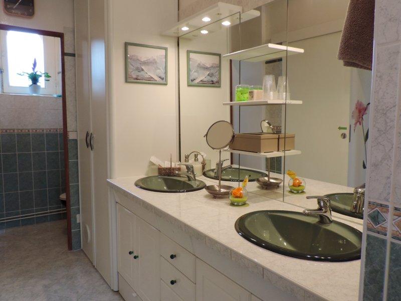 Badrum MORISOT-MANET med en separat badkar och dubbla handfat / toalett.