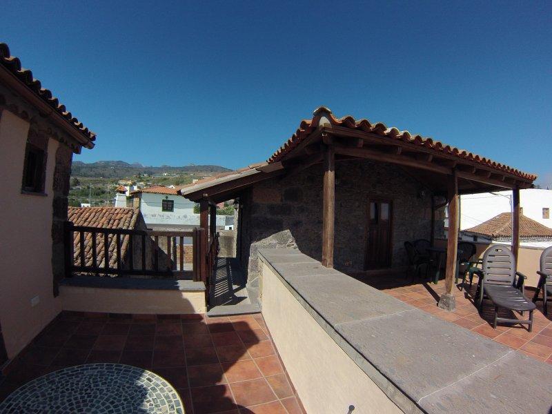 terraza privada con la montaña y vista al mar