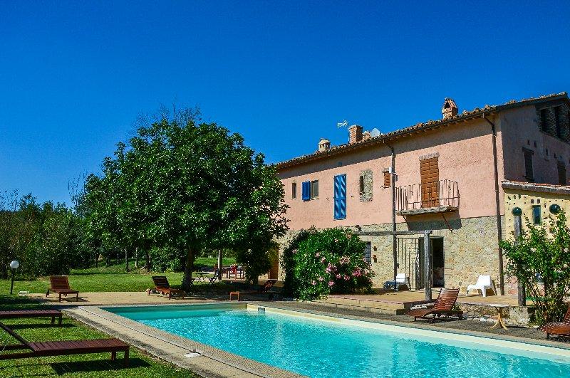 Vista de la casa y piscina privada
