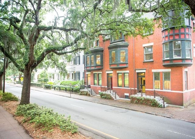 Top Floor Row Home Looking Out On Forsyth Park by Lucky Savannah, vacation rental in Savannah