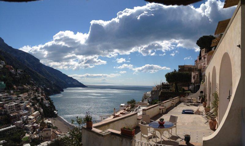 Una de las terrazas más bonitas de Positano con una impresionante vista sobre la ciudad, la playa y del Golfo